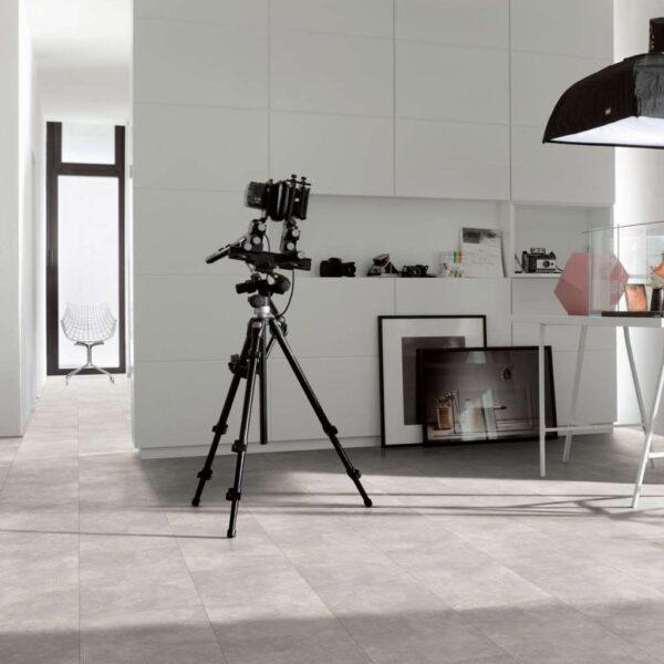 Cemento Ornament Gris Claro - Vinílico Parador Modular ONE Baldosa Grande ambiente estudio