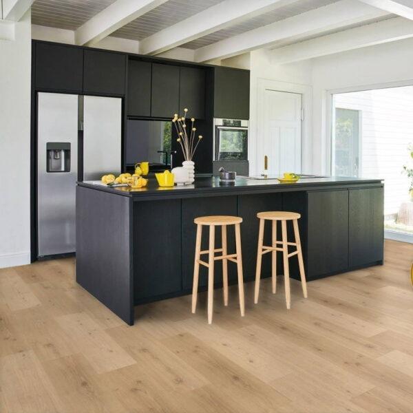 Roble Natural Mix Claro - Vinílico SPC Parador Classic 2070 ambiente cocina