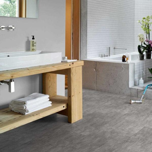 Industrial Canvas Grey - Vinílico SPC Parador Trendtime 5 Baldosa Grande ambiente baño