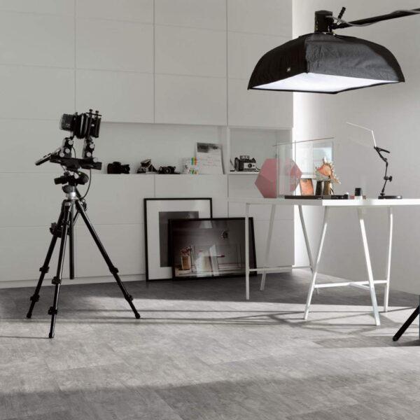 Industrial Canvas Grey - Vinílico SPC Parador Trendtime 5 Baldosa Grande ambiente estudio