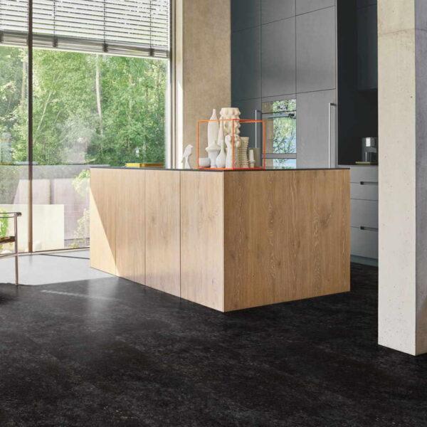 Granito Antracita - Vinílico SPC Parador Trendtime 5 Baldosa Grande ambiente cocina