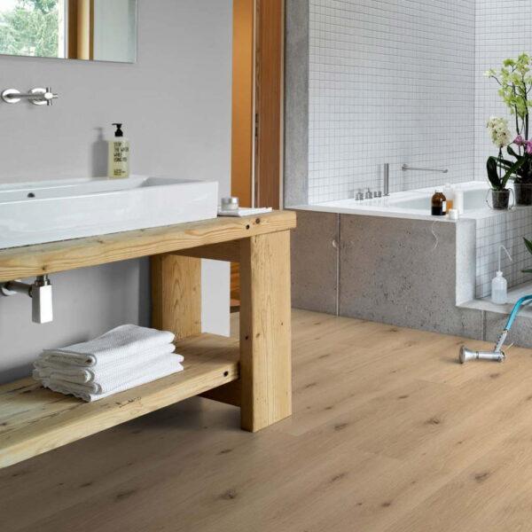 Roble Imperial Pure - Vinílico SPC Parador Trendtime 8 Lama Grande ambiente baño